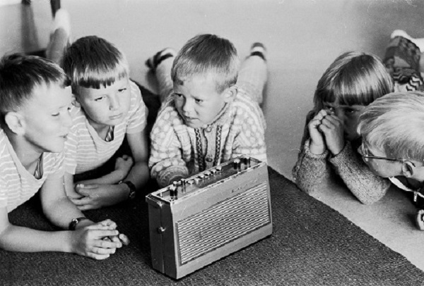 "Listening to ""Barnetimen"". Photo: Adresseavisen, september 1970 ©"